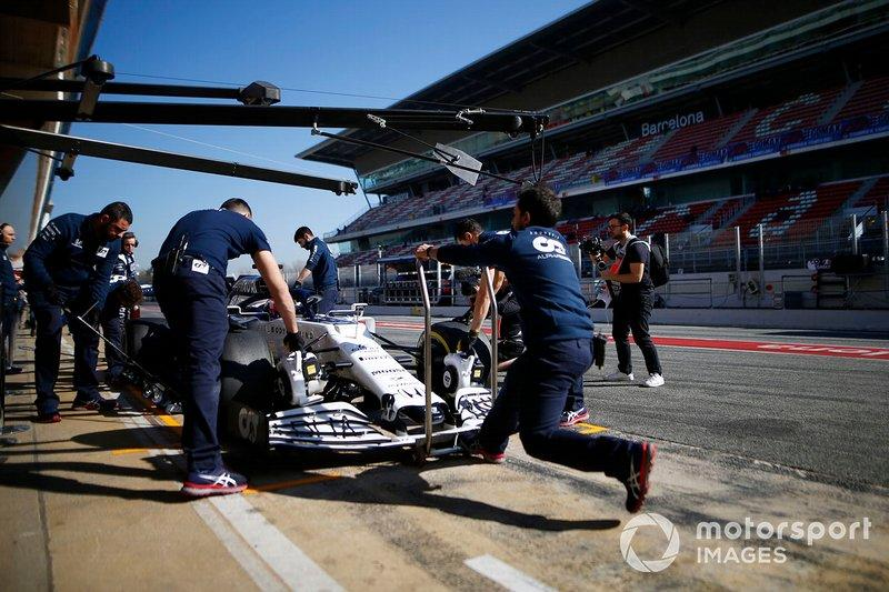 """Mechanics attend to Pierre Gasly, AlphaTauri AT01 in the pits<span class=""""copyright"""">Andy Hone / Motorsport Images</span>"""