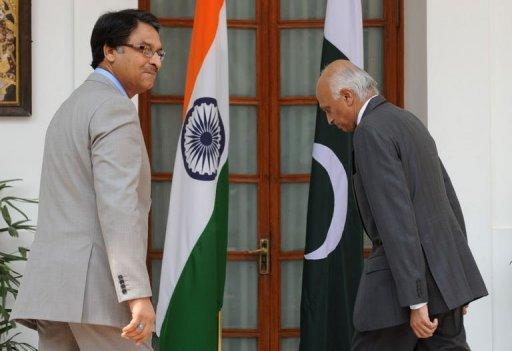 Pakistan Foreign Secretary Jalil Abbas Jilani (L) walks with Indian Foreign Secretary Ranjan Mathai (R) towards delegation level talks in New Delhi on July 4, 2012. Top Indian and Pakistani foreign ministry officials have met to bolster a fragile peace dialogue undermined by fresh tensions over the 2008 Mumbai attacks and political flux in Pakistan