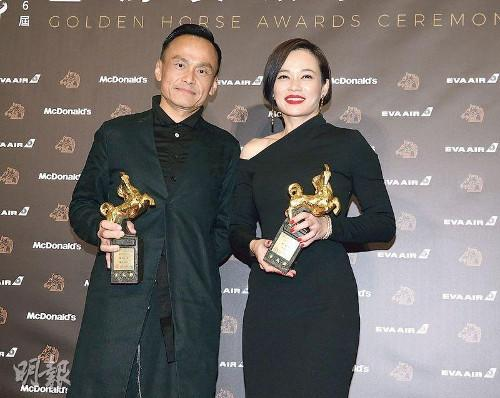 Yeo Yann Yann (R) is all smiles as she poses with her award (Photo source: Mingpao).