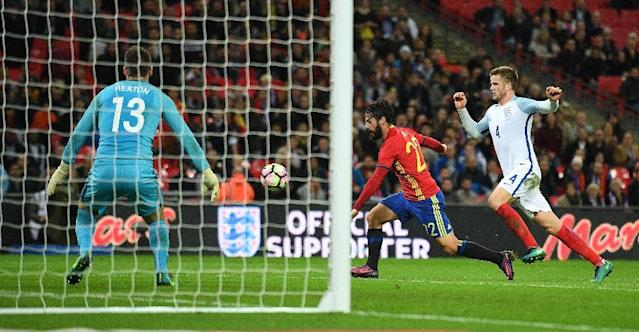 Spain's midfielder Isco (C) controls the ball to score his team's second goal during the friendly international football match between England and Spain at Wembley Stadium, north-west London, on November 15, 2016, which ended in a 2-2 draw (AFP Photo/Justin Tallis)