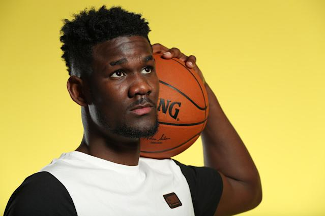 "<a class=""link rapid-noclick-resp"" href=""/ncaab/players/141127/"" data-ylk=""slk:Deandre Ayton"">Deandre Ayton</a> thinks about which of his personalities should pose for the next picture. (Getty)"
