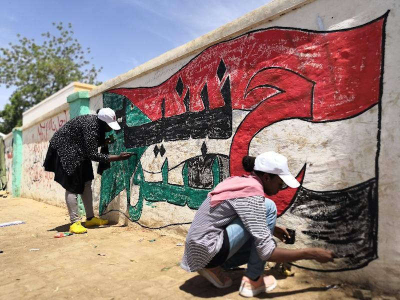 Young Sudanese paint a national flag on a wall in the capital Khartoum (AFP Photo/ASHRAF SHAZLY)