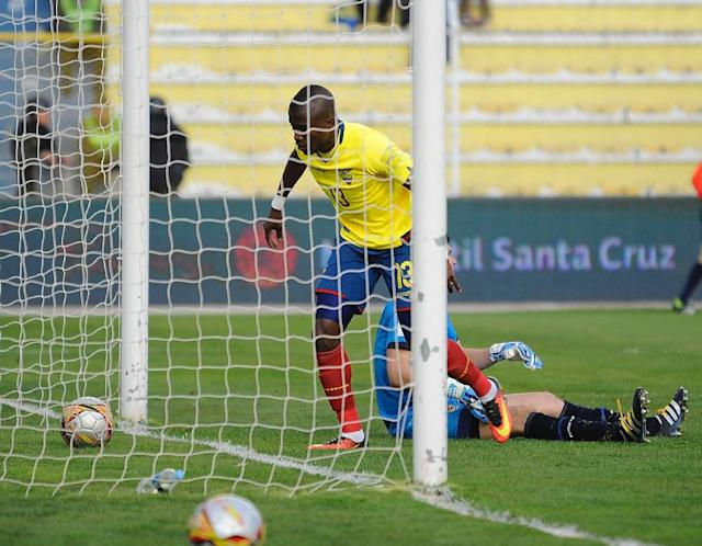Ecuador's Enner Valencia scores his second goal against Bolivia during their Russia 2018 FIFA World Cup qualifier football match in La Paz, on October 11, 2016 (AFP Photo/Jorge Bernal)