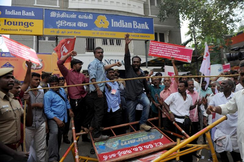 Members of the Communist Party of India protest outside a bank against Indian Prime Minister Narendra Modi and the withdrawal of high-value banknotes from circulation, in Chennai on November 24, 2016 (AFP Photo/Arun Sankar)
