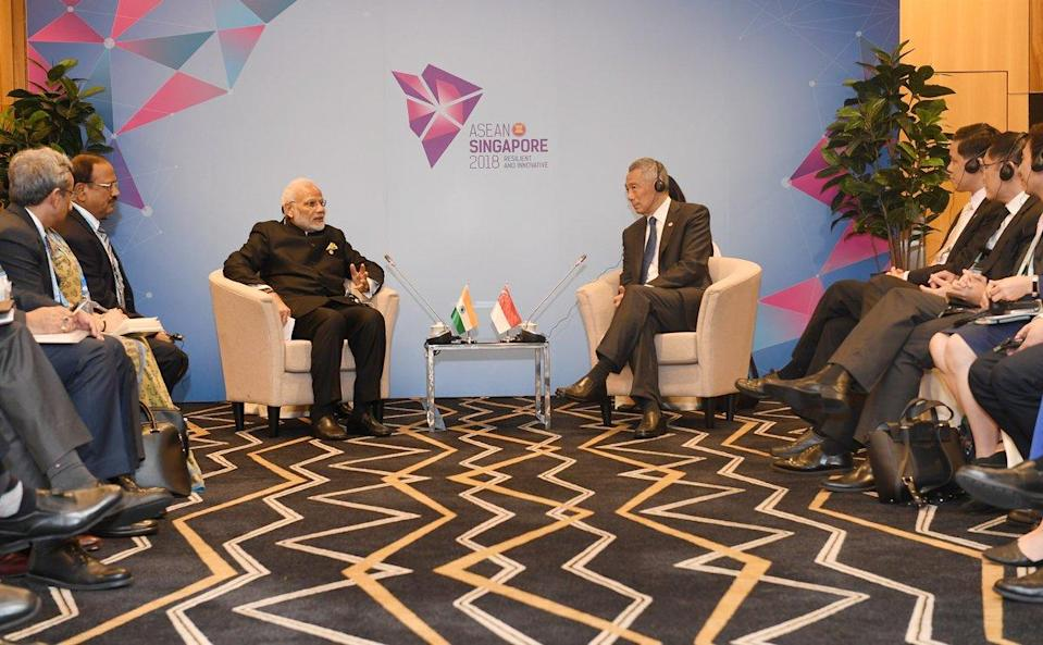 PM Modi interacting with Singaporean PM, Lee Hsien Loong on the sidelines ASEAN meet.