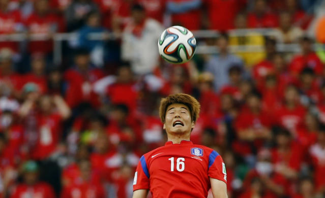 South Korea's Ki Sung-yueng heads the ball during their 2014 World Cup Group H soccer match against Algeria at the Beira Rio stadium in Porto Alegre June 22, 2014. REUTERS/Damir Sagolj (BRAZIL - Tags: SOCCER SPORT WORLD CUP)