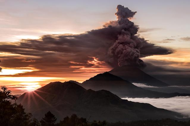 <p>Mount Agung volcano is seen spewing smoke and ash in Bali, Indonesia, Nov. 26, 2017. (Photo: EMILIO KUZMA-FLOYD/Reuters) </p>