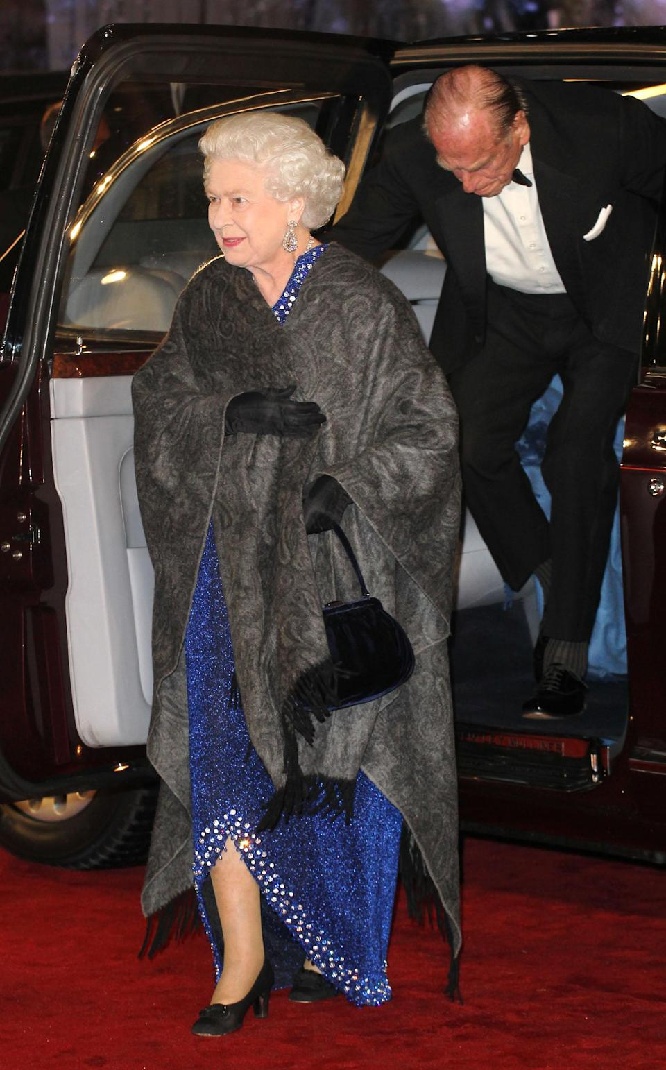 <p>Blending in with Hollywood's biggest names, Her Majesty looked red carpet ready in a majestic blue dress with dainty gloves. <em>[Photo: Getty]</em> </p>