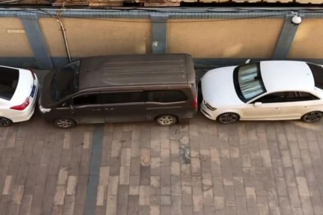 Chinese driver expertly moves minibus out of tiny parking space without a dent