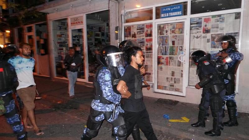 Maldives security personnel arrest opposition activists during an anti-government rally in Male, on May 2, 2015 (AFP Photo/)