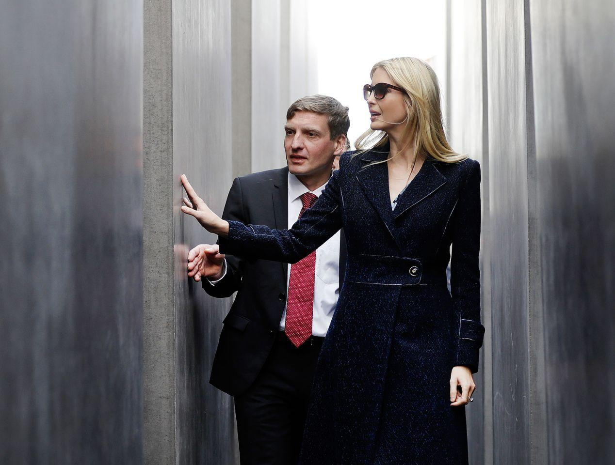 "<p>Die Tochter und Beraterin des US-Präsidenten Donald Trump, Ivanka Trump, besucht das Holocaust-Mahnmal in Berlin. Sie weilt zum ""Women20 Summit"" in der Hauptstadt. (Bild: AP Photo/Michael Sohn, Pool) </p>"
