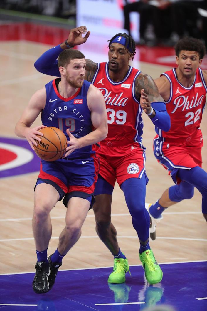 Detroit Pistons guard Svi Mykhailiuk (19) drives against Philadelphia 76ers center Dwight Howard (39) during third-period action Saturday, Jan. 23, 2021 at Little Caesars Arena in Detroit.