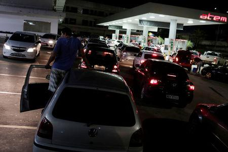 Cars line at a gasoline station as they wait to fuel up, in Manaus, Brazil May 24, 2018. REUTERS/Adriano Machado