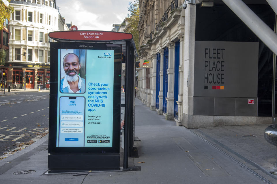 LONDON, UNITED KINGDOM - 2020/11/12: An advert for the NHS test and trace app seen on a bus stops electronic display in London. (Photo by Dave Rushen/SOPA Images/LightRocket via Getty Images)