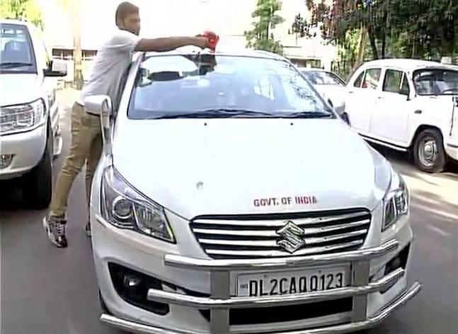 Fadnavis stops using red beacon on official vehicle