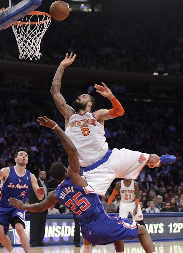 New York Knicks' Tyson Chandler (6) shoots over Los Angeles Clippers' Reggie Bullock (25) during the first half of an NBA basketball game, Friday, Jan. 17, 2014, in New York. (AP Photo/Frank Franklin II)
