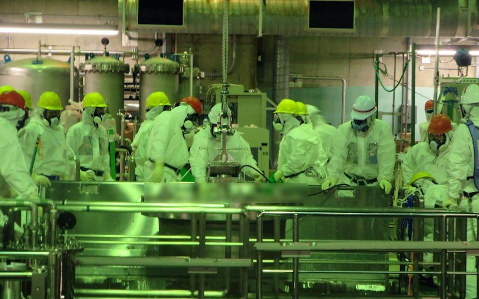 Work takes places in the damaged No. 4 reactor unit in 2013 - EPA
