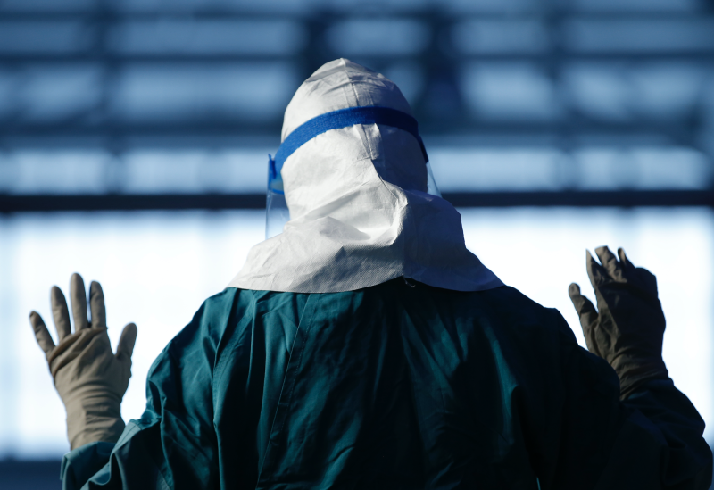 A registered nurse with Mount Sinai Medical Health Systems demonstrates putting on personal protective equipment (PPE) in New York, October 21, 2014. (Photo: REUTERS/Mike Segar)