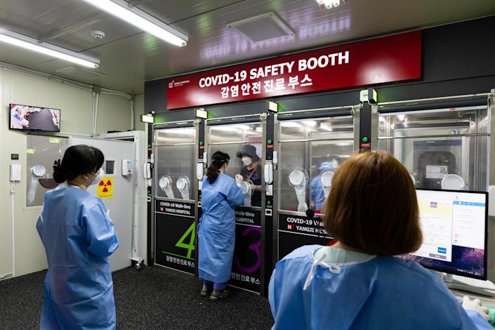 Image: Covid-19 Testing Safety Booth in Seoul (SeongJoon Cho / Bloomberg via Getty Images file)