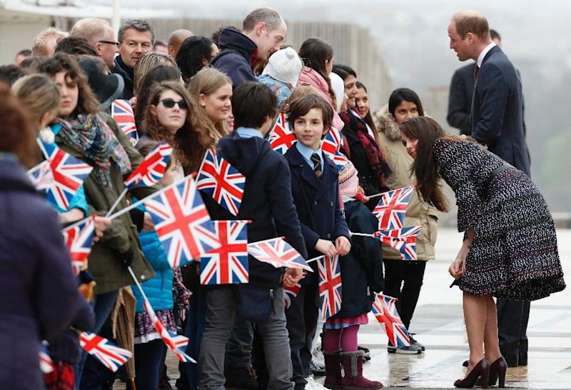 Britain's Prince William and his wife Kate meet well-wishers near the Eiffel Tower during a visit to Paris, on March 18, 2017 (AFP Photo/Thomas SAMSON)