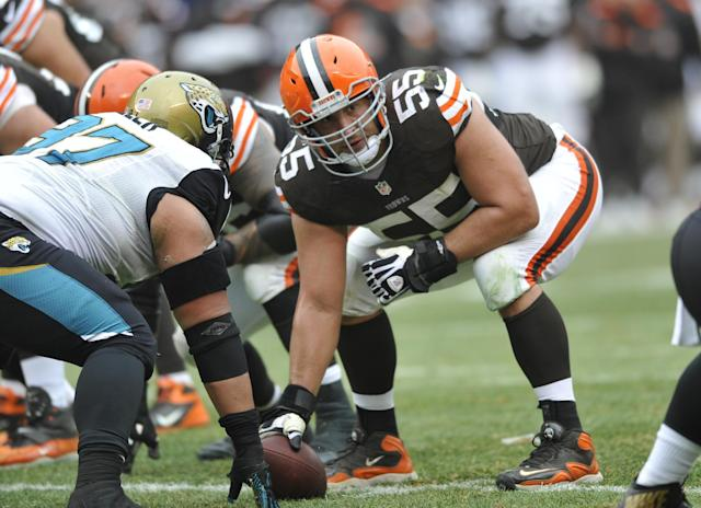 Cleveland Browns only need a few hours to match offer sheet to center Alex Mack