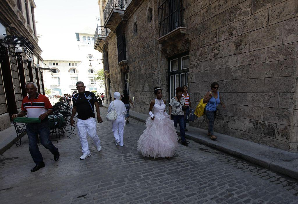 <p>Carmen Gonzalez (C) walks during a photo session in the old quarters of Havana for her quinceanera.</p>