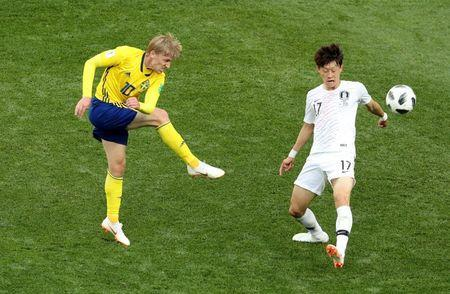 Soccer Football - World Cup - Group F - Sweden vs South Korea - Nizhny Novgorod Stadium, Nizhny Novgorod, Russia - June 18, 2018 Sweden's Emil Forsberg in action with South Korea's Lee Jae-sung REUTERS/Lucy Nicholson