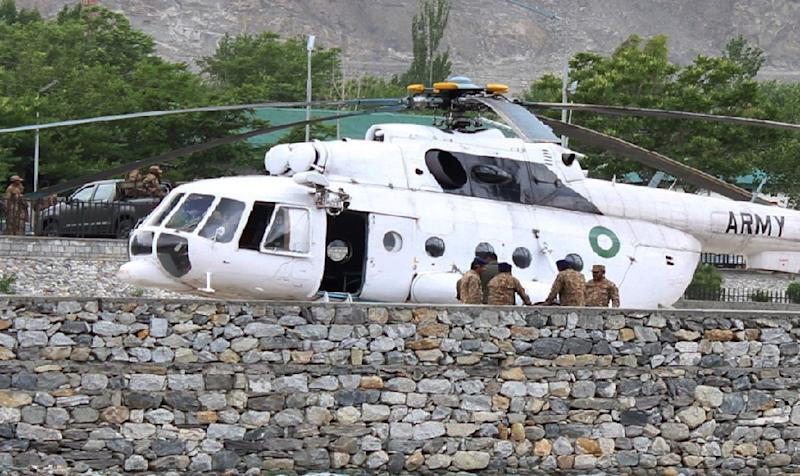 Pakistani soldiers gather beside an army helicopter at a military hospital where victims of a helicopter crash were brought for treatment in Gilgit, northern Pakistan on May 8, 2015 (AFP Photo/Farman Karim)