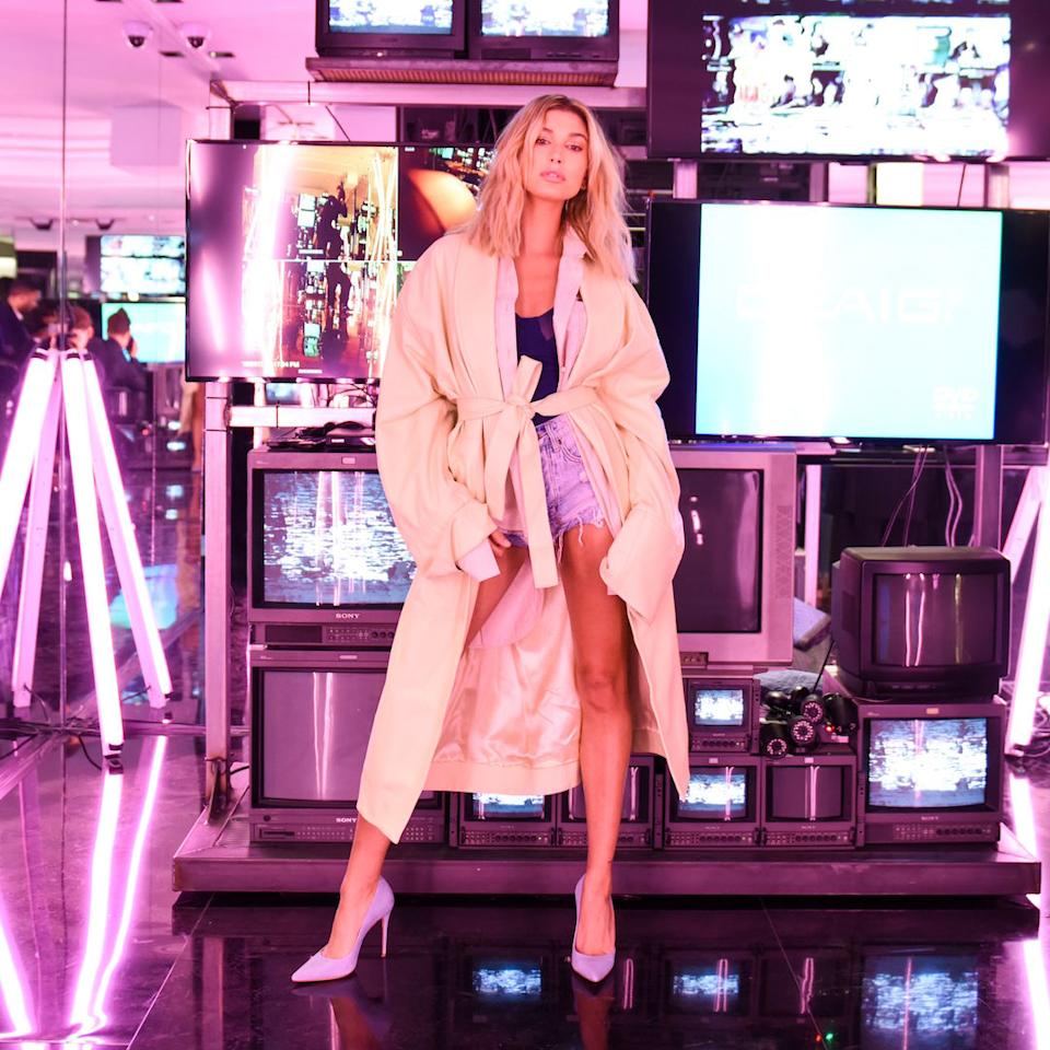 <p>Model Hailey Baldwin kam im luftigen Duster Coat zu der 1-Jahres-Feier des angesagten Schuh-Labels Schutz Shoes in Beverly Hills. Dazu trug sie kurze Denim-Shorts und filigrane Pumps. Hot! (Foto: Action Press) </p>