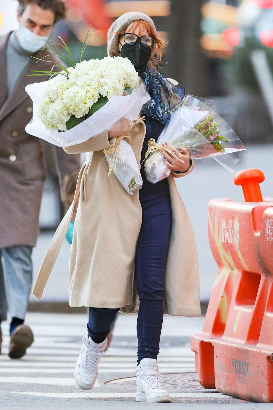 <p> Jessica Chastain totes armfuls of flowers home from a shop in New York City on Sunday.</p>