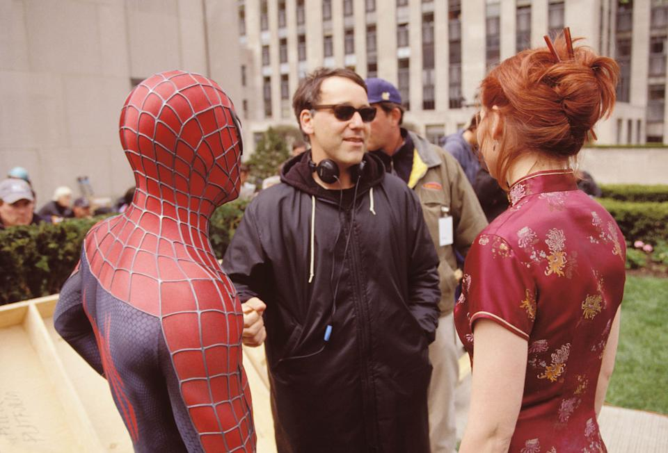 """404731 04: (EDITORAL USE ONLY, COPYRIGHT COLUMBIA PICTURES) Director Sam Raimi (C), actors Tobey Maguire and Kirsten Dunst talk on the set of the movie """"Spider-Man"""". (Photo by Columbia Pictures/Getty Images)"""