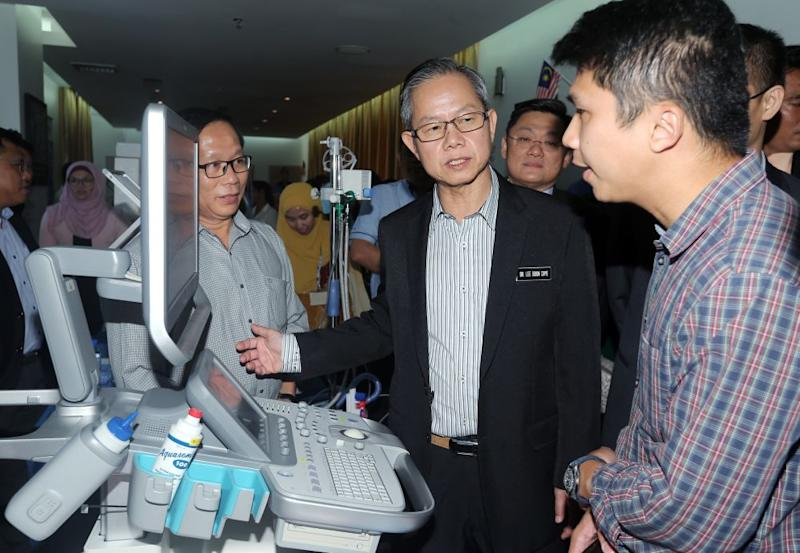 Deputy Health Minister Dr Lee Boon Chye inspects a piece of equipment during the 2018 Neonatal Cardio Respiratory Conference at the KPJ Ipoh Specialist Hospital August 17, 2018. — Picture by Razak Ghazali