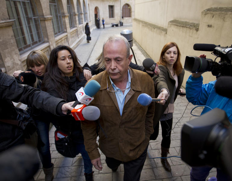 Spanish Judge Jose Castro speaks to the press after he ordered the sister of Spain's King Felipe VI, Cristina, to stand trial for alleged tax fraud in Palma de Mallorca, on December 22, 2014 (AFP Photo/Jaime Reina)
