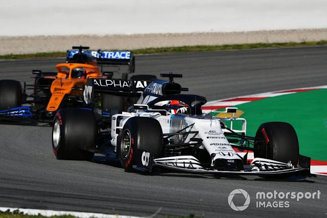 "Daniil Kvyat, AlphaTauri AT01, precede Carlos Sainz Jr., McLaren MCL35 <span class=""copyright"">Mark Sutton / Motorsport Images</span>"