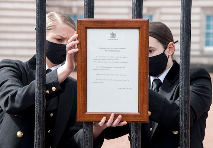 An official notice announcing the death of Britain's Prince Philip, Duke of Edinburgh is placed on the gates of Buckingham Palace in central London on April 9, 2021. - Queen Elizabeth II's husband Prince Philip, who recently spent more than a month in hospital and underwent a heart procedure, died on April 9, 2021, Buckingham Palace announced. He was 99. (Photo by Ian West / POOL / AFP) (Photo by IAN WEST/POOL/AFP via Getty Images)