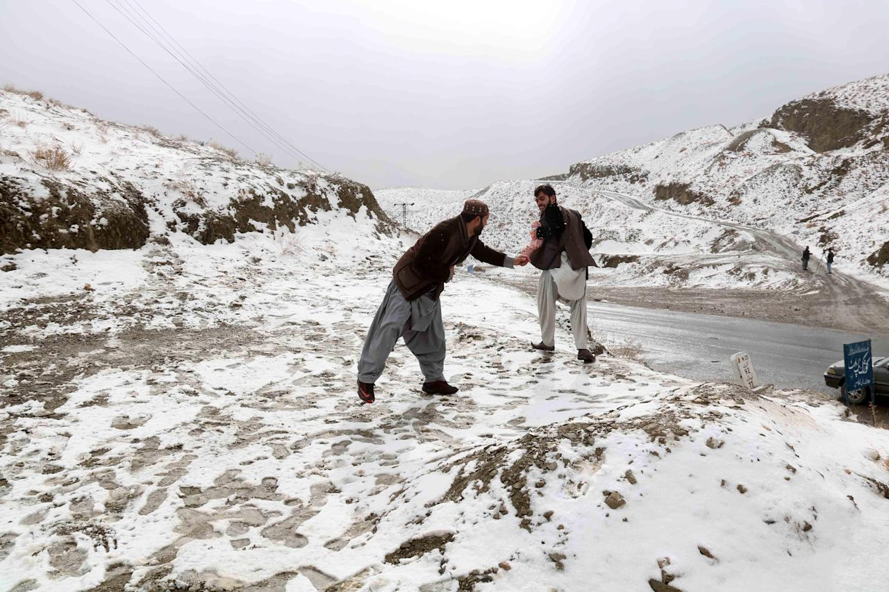 -FOTODELDÍA- People play with snow on Kojak top near the Afghan border in Chaman, Pakistan, 20 January 2019. Reports state that many cities in Pakistan are experiencing unusual cold weather conditions during which regular daytime temperatures fall below zero degree Celsius in wide parts of the country. EFE/AKHTER GULFAM