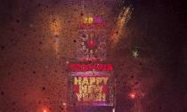 Fireworks go off at midnight on New Year's Eve in Times Square in New York January 1, 2014. REUTERS/Carlo Allegri