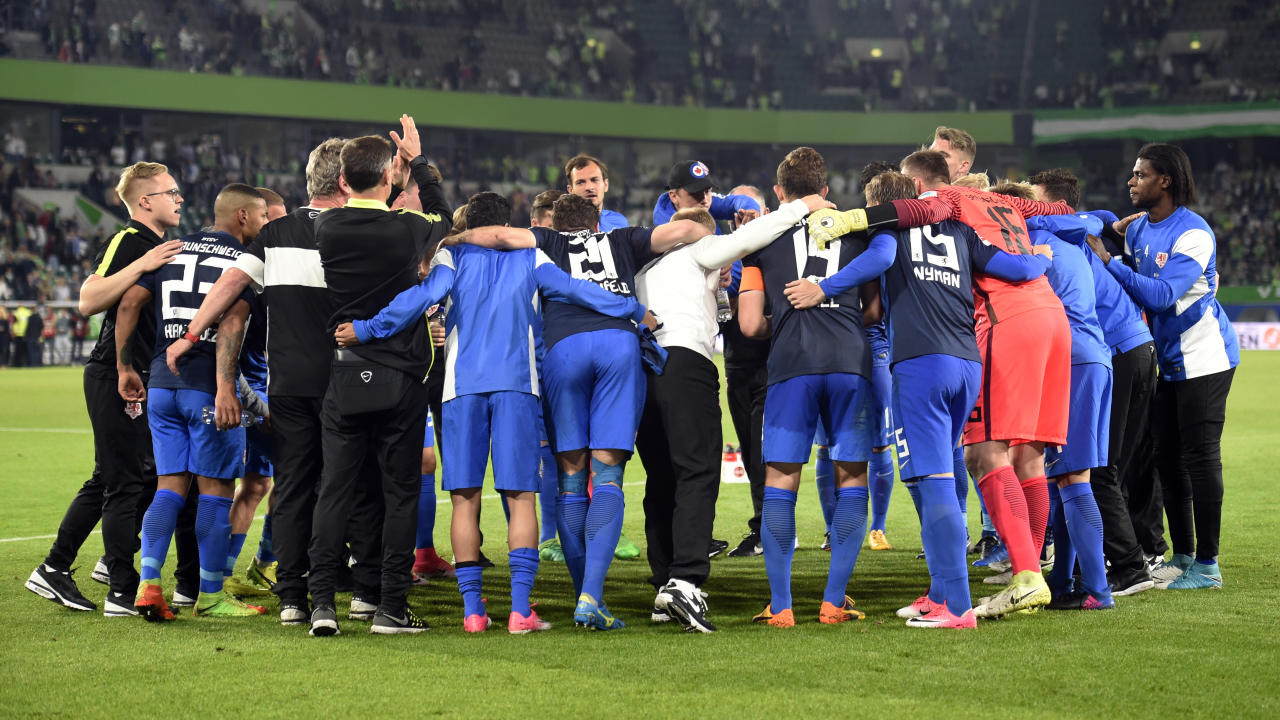 Football Soccer - VFL Wolfsburg v Eintracht Braunschweig - Bundesliga Relegation Playoff Match First Leg - Volkswagen Arena, Wolfsburg, Germany - 25/5/17 Eintracht Braunschweig players and coaching staff huddle after the match Reuters / Fabian Bimmer Livepic DFL RULES TO LIMIT THE ONLINE USAGE DURING MATCH TIME TO 15 PICTURES PER GAME. IMAGE SEQUENCES TO SIMULATE VIDEO IS NOT ALLOWED AT ANY TIME. FOR FURTHER QUERIES PLEASE CONTACT DFL DIRECTLY AT + 49 69 650050.