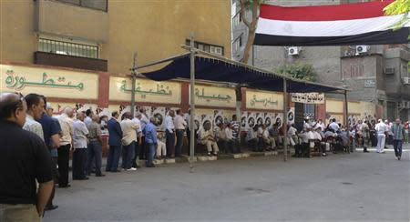 Egyptians wait to vote in Cairo May 26, 2014. REUTERS/Asmaa Waguih