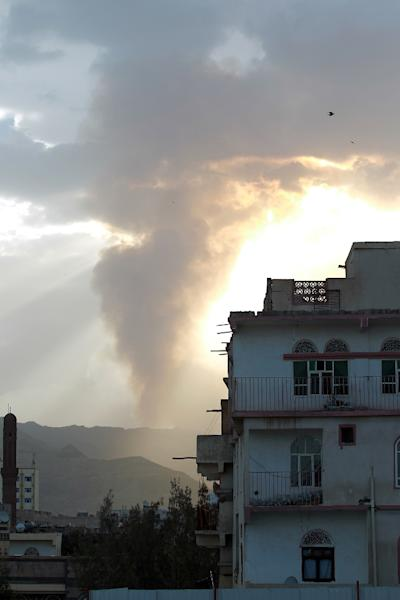 Smoke and flames rise allegedly from Shiite Huthi rebels camps located on Aser mountain following an airstrike by the Saudi-led alliance on April 6, 2015 in the Yemeni capital Sanaa (AFP Photo/Mohammed Huwais)