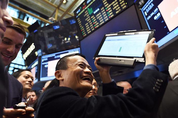 Chinese online retail giant Alibaba founder Jack Ma (C) on the floor at the New York Stock Exchange on September 19, 2014 (AFP Photo/Jewel Samad)