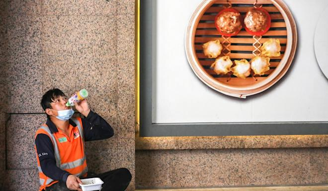 A worker eating his lunch on a roadside in Wan Chai on Thursday. Photo: K. Y. Cheng