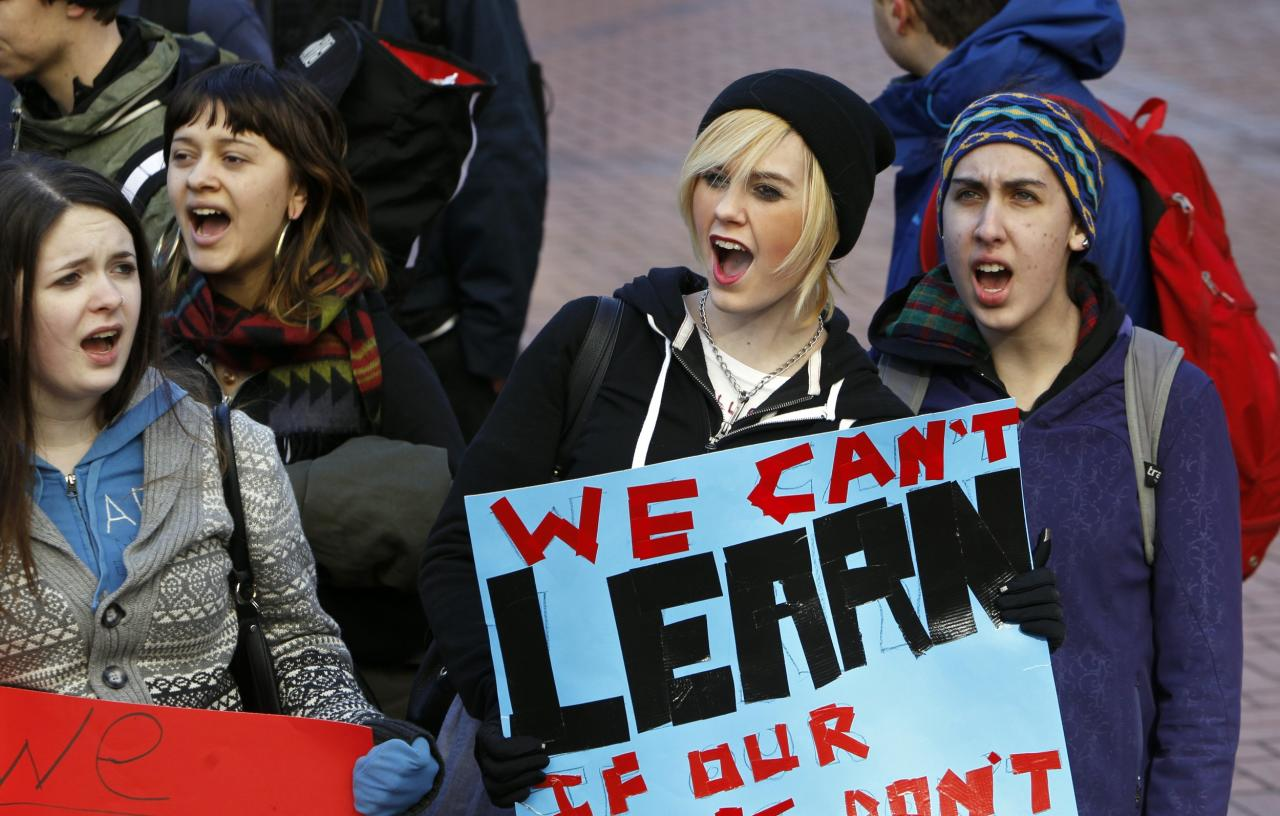 Students from Lincoln high school demonstrate in support of teachers in contract negotiations during a school walkout in Portland, Oregon February 5, 2014. REUTERS/Steve Dipaola (UNITED STATES - Tags: POLITICS EDUCATION CIVIL UNREST)