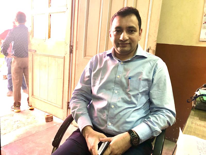 Additional District Magistrate Arun Gupta at the medical screening centre set up for migrant workers at Chhatarpur. (Photo: Betwa Sharma/HuffPost India)