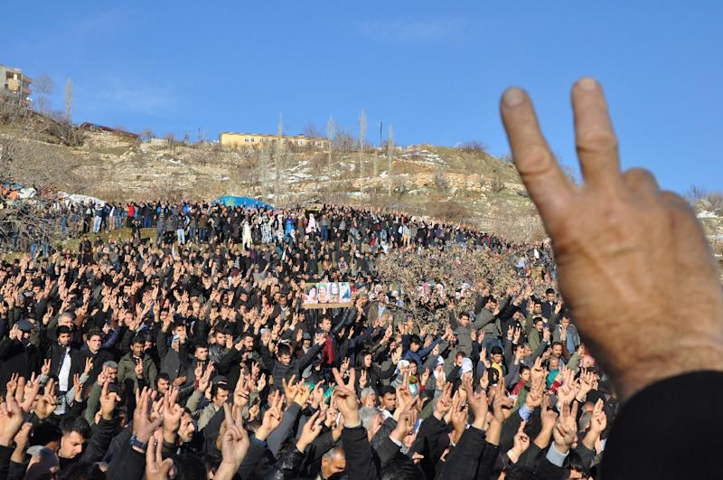Victory signs during a funeral for people killed during curfews in Sirnak, in southeastern Turkey, on January 12, 2016 (AFP Photo/)