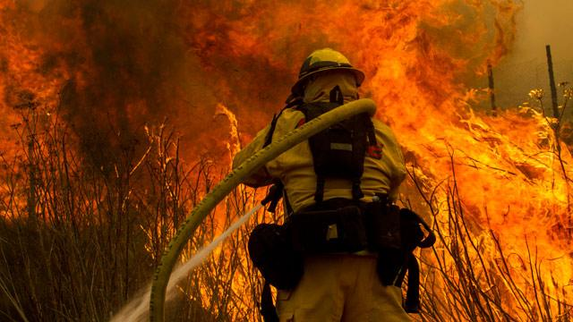 Firefighters, Residents Work to Extinguish Growing Calif. Wildfire