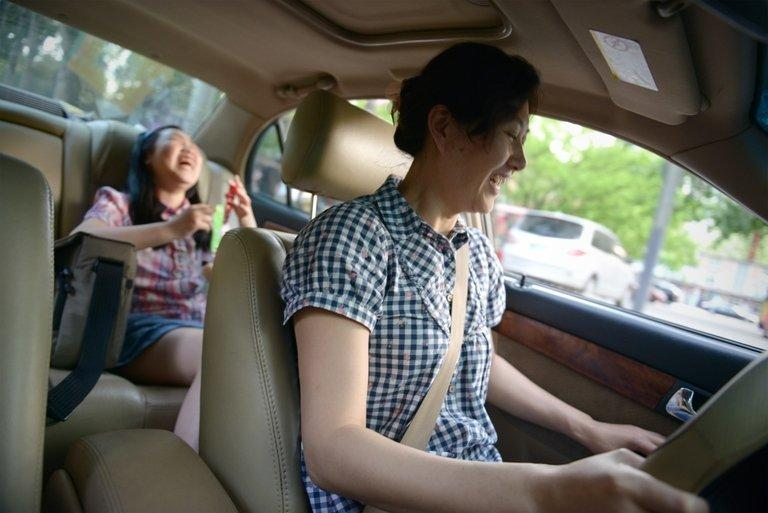 Li Na (front) shares a light moment with her dauter as she drives home in Beijing, on May 12, 2013