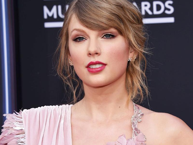 Jlo Taylor Swift Both Wore This Trending Makeup Trick At The