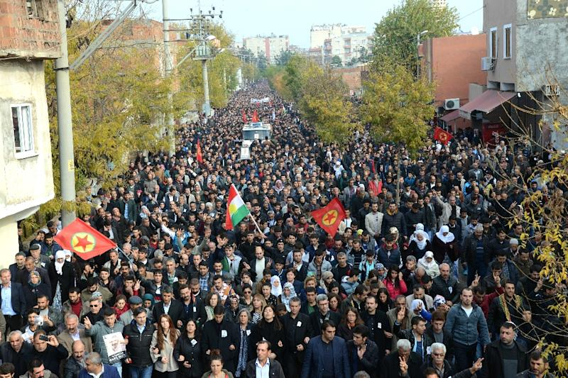 Hundreds of mourners in Diyarbakir follow a vehicle transporting the coffin of Kurdish Lawyer Tahir Elci, one of the country's best-known advocates for Kurdish rights, on November 29, 2015 (AFP Photo/Ilyas Akengin)