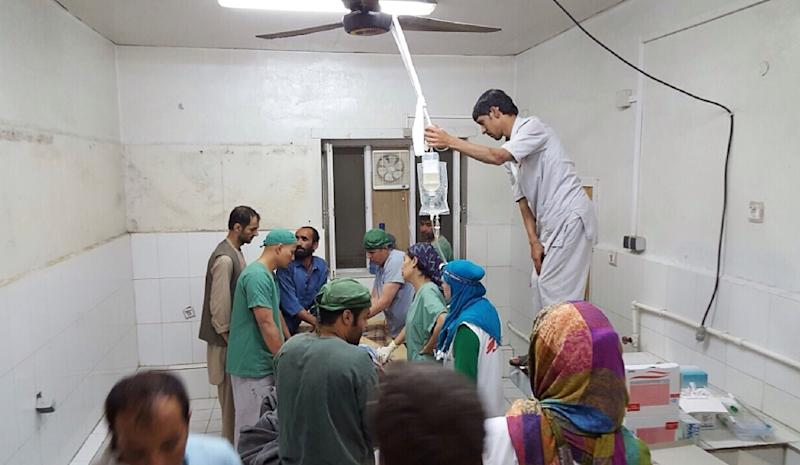 Afghan MSF surgeons work in an undamaged part of the MSF hospital in Kunduz after the operating theatres were destroyed in an air strike on October 3, 2015 (AFP Photo/MSF)